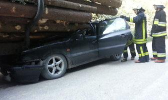 """""""VW Passat"""" taranavo traktoriaus priekabą, sužeistas vairuotojas pats išsiropštė iš rąstų spąstų"""