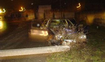 Po avarijos Marijampolėje prie automobilio stovėjusį vyrą užmušė užvirtęs apšvietimo stulpas