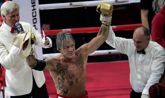 Į bokso ringą grįžęs 62 metų Mickey Rourke įveikė 33 metais jaunesnį varžovą