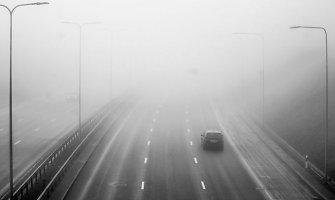"""Vienas pavojingiausių derinių kelyje – tirštas rūkas ir """"nematomi"""" automobiliai"""