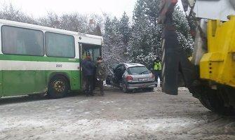 """Šiauliuose tragiška avarijos atomazga: """"Peugeot"""" vairuotojas žuvo po susidūrimo su autobusu"""