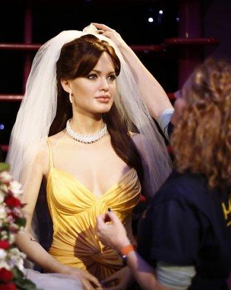 Internautai renka suknelę, kuri Angelinai Jolie būtų labiausiai tikusi per jos vestuves