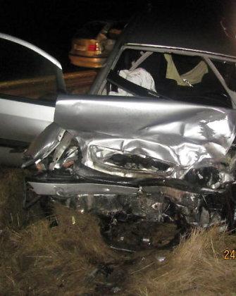 """Radviliškio rajone susidūrė """"Opel"""" ir BMW, avarijos dalyvius vadavo ugniagesiai"""
