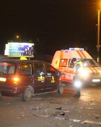 Sekmadienio paryčiais Panevėžyje taksi vairuotojas sukėlė avariją ir pats susižalojo