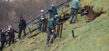 Vilniaus Gedimino kalno šlaito slinkimą bandoma stabdyti kuolais