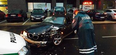 Vilniuje BMW nepraleido policijos automobilio – nesunkiai sužeista pareigūnė