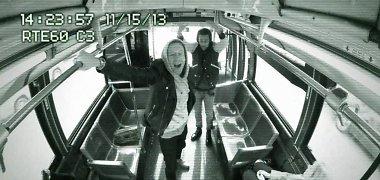 Reperis Macklemore'as ir Ryanas Lewisas autobuso keleiviams padovanojo nemokamą improvizuotą koncertą