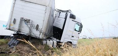 """Magistralėje """"Via Baltica"""" susidūrė Lenkijos ir Rusijos sunkvežimiai, sužaloti vairuotojai, kilo gaisras"""