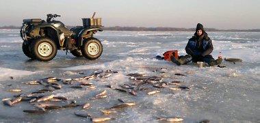 Siūloma dešimteriopai didinti baudas už žvejybą ant Kuršių marių ledo