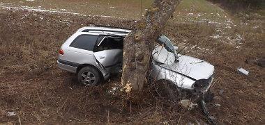 """Kelyje Biržai-Raubonys """"Toyota"""" šonu rėžėsi į medį, vairuotojas – reanimacijoje"""