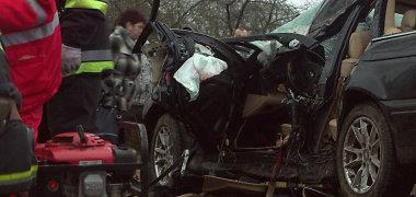 Raseinių rajone vyro BMW rėžėsi į medį: 4 mėnesių mažylis sveikas, o jo mama žuvo