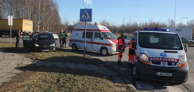 """Panevėžyje užsižiopsojęs vilkiko vairuotojas nušlavė nėščios moters vairuojamą """"Peugeot"""""""