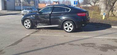 """Girtas marijampolietis su """"Volvo"""" taranavo ir ženklą, ir BMW X6"""
