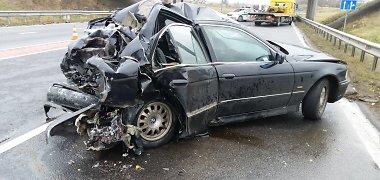 """Vairavimo įgūdžių pristigusi BMW vairuotoja sukėlė avariją """"Via Baltica"""": žuvo keleivis"""