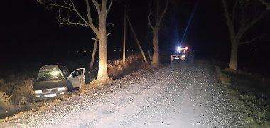 """Marijampolės policininkai gelbėjo merginas: šildė savo automobilyje, iš griovio bandė ištraukti jų """"Audi"""""""