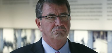 Pentagono vadovas pirmą kartą apsilankė prancūzų lėktuvnešyje
