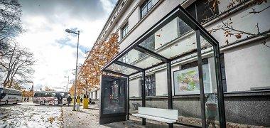 Kaune įrengta pirmoji naujo dizaino viešojo transporto stotelės stoginė