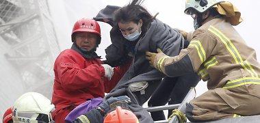 Taivane praėjus dviem dienoms po drebėjimo iš po griuvėsių tebetraukiami gyvi likę žmonės