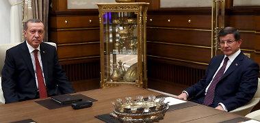 Skilimas Turkijos politikoje: premjeras Ahmetas Davutoglu vejamas iš posto