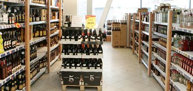 Siekiama uždrausti dovanas alkoholio pirkėjams, verslas šio pasiūlymo nauda abejoja