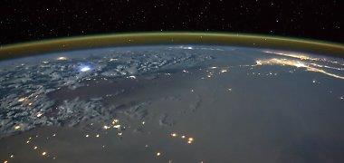 Užburiantis vaizdas iš kosminės stoties: Žemę žadina žaibai