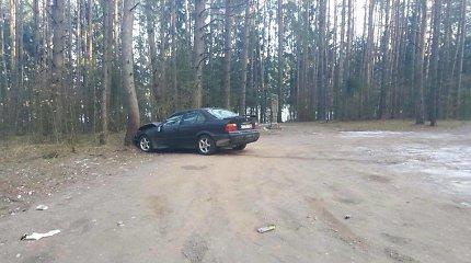 Utenoje kelių gaidelio chuliganiškas vairavimas baigėsi BMW smūgiu į medį