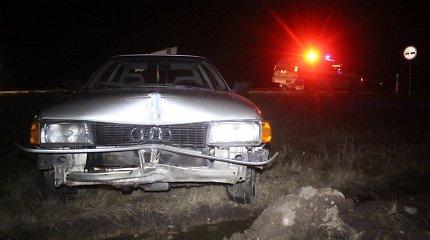 """Nuo Pakruojo policijos sprukęs """"Audi 80"""" vairuotojas pabėgo, bet paliko automobilį"""