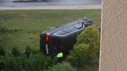 Nesuvaldytas BMW įvirto į gėlių darželį