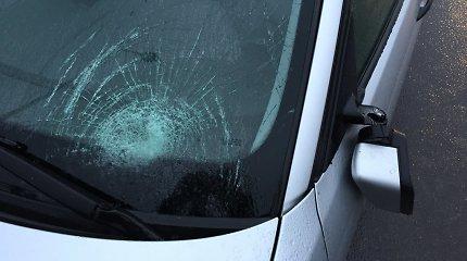 Vilniuje BMW partrenkė ne per pėsčiųjų perėją ėjusią 60-metę, ji be sąmonės išvežta į ligoninę
