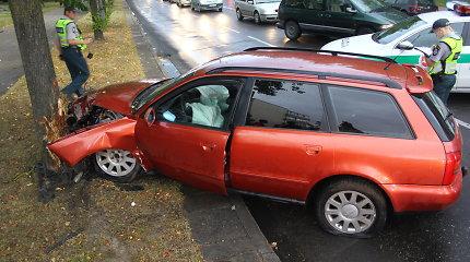 """Panevėžyje į medį tėvo """"Audi"""" sudaužęs panevėžietis ant kojų sukėlė specialiąsias tarnybas"""