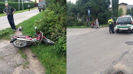 Kaune į tarnybinį policijos automobilį rėžėsi mopedas: nukentėjo 15-metis