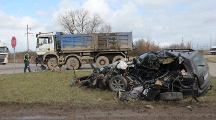 """Šiurpi avarija Kėdainiuose: sunkvežimis visiškai sumaitojo """"Opel"""", žuvo jo vairuotojas"""