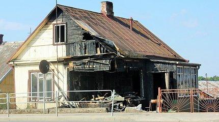 Po avarijos žmonės liko gyventi sudegusiame name