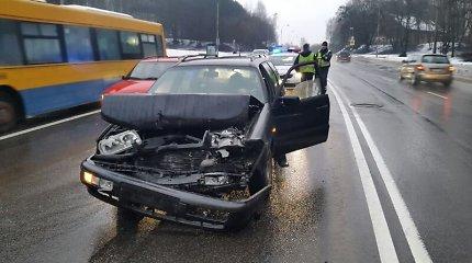 """Vilniuje neblaivus vyriškis trenkėsi į VW """"Golf"""", kuriuo moteris vyko su vaiku"""