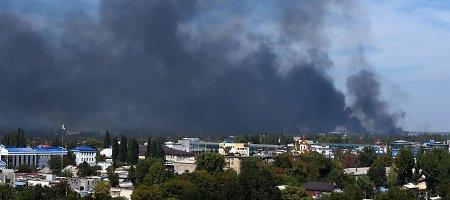 Rusijos pajėgos šturmuoja Donecko oro uostą, o smogikai puldinėja civilius