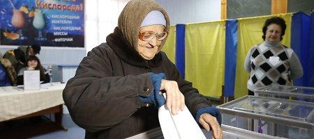 """Ukrainos parlamento rinkimuose pirmauja """"Liaudies frontas"""" ir """"Petro Porošenkos blokas"""""""