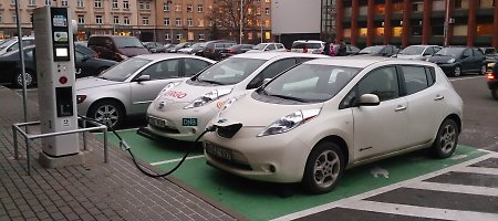 Kodėl elektromobilių vairuotojai nesisveikina?