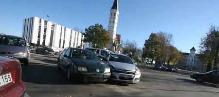 Šiaulių Tilžės gatvės ir Aušros alėjos sankryžoje susidūrę automobiliai paralyžiavo eismą