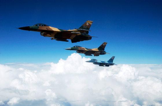 """Robert W. Valenca/U.S. Air Force nuotr./JAV naikintuvas """"F-16 Falcon"""" maskuojamosios spalvos imituoja priešo """"Mig"""""""