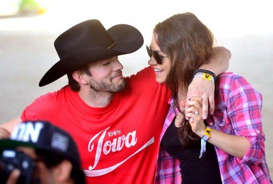 """AFP/""""Scanpix"""" nuotr./Mila Kunis ir Ashtonas Kutcheris"""