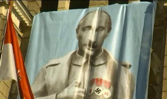 """""""Youtube.com/Double Power"""" stop kadras/Vladimiro Putino didžiulė karikatūra ant Libereco miesto rotušės"""