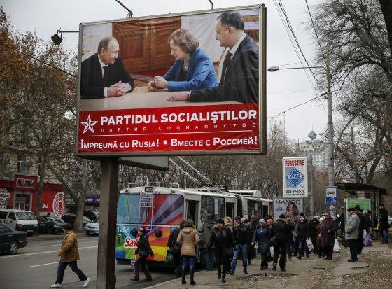 """""""Reuters""""/""""Scanpix"""" nuotr./Socialistų partijos plakatas Moldovoje"""