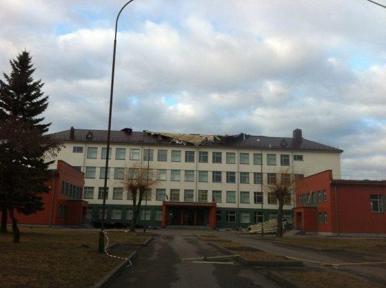 15min.lt skaitytojo Andriaus nuotr./Vėjas nuplėšė uostamiesčio Sendvario progimnazijos dalį stogo.