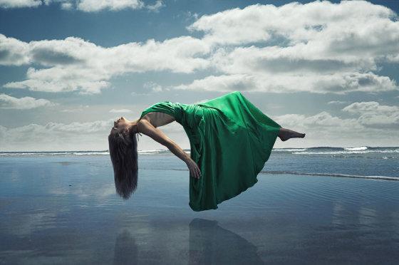 Fotolia nuotr./Virš jūros kabanti moteris
