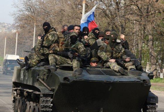 """AFP/""""Scanpix"""" nuotr./Rusų šarvuočai su """"žaliais žmogeliukais"""" netoli Kramtorsko miesto"""