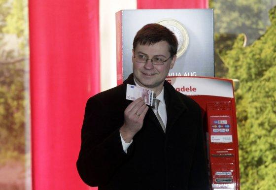 """Reuters""/""Scanpix"" nuotr./Valdis Dombrovskis su 10 eurų banknotu"