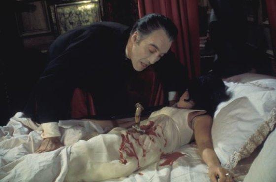 """Scanpix"" nuotr./Aktorius Christopheris Lee ir Anoushka Hempel filme ""Drakula"" (1970)"