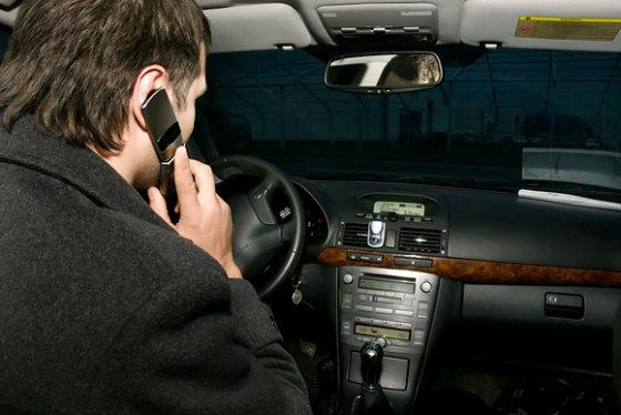 Tomo Urbelionio/BFL nuotr./Kalbėti telefonu vairuojant – draudžiama