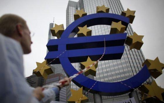 """""""Reuters""""/""""Scanpix"""" nuotr./Euro ženklas prie Europos centrinio banko Frankfurte prie Maino."""