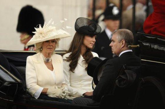 """""""Reuters""""/""""Scanpix"""" nuotr./Princo Charleso žmona Camilla Parker-Bowles ir  Kembridžo hercogienė Catherine"""